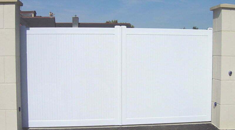 portail battant plein en pvc de couleur blanc
