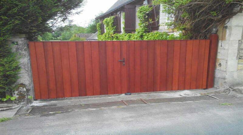 portail battant en bois exotique rouge