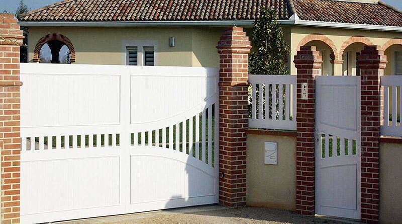 ensemble portail coulissant avec portillon et cloture en pvc