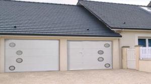 porte de garage sectionnelle avec portillon et hublots
