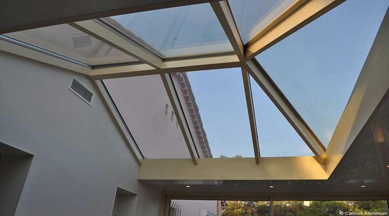 veranda à toiture plate et une partie en dôme de verre